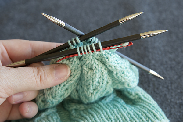 Using your blunt darning needle, thread the tail through the remaining live sts